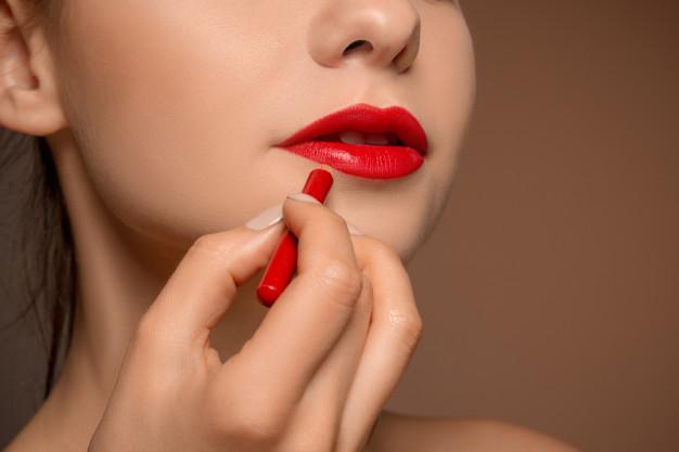Cara Menggunakan Lip Crème Berwarna Terang